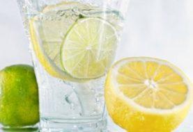 10 Gründe, warum Sie Zitronenwasser trinken sollten