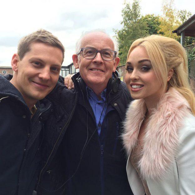 Terry Dyddgen Jones mit einigen der Hollyoaks besetzt