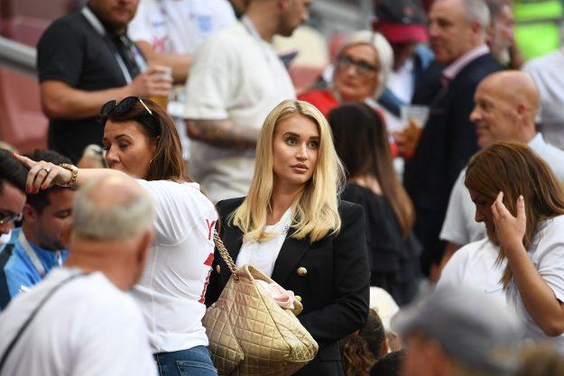Annabel Peyton (C), die Ehefrau von Englands Torhüter Jack Butland, trifft am 11. Juli 2018 im Luzhniki-Stadion in Moskau zum Halbfinalfußballspiel zwischen Kroatien und England in der FIFA-Weltmeisterschaft 2018 ein. (Foto: FRANCK FIFE / AFP) / ZUR VERWENDUNG IM REDAKTIONSBEREICH BESCHRÄNKT - KEINE MOBILE PUSH-ALARME / DOWNLOADS (Bildnachweis sollte FRANCK FIFE / AFP / Getty Images lesen)