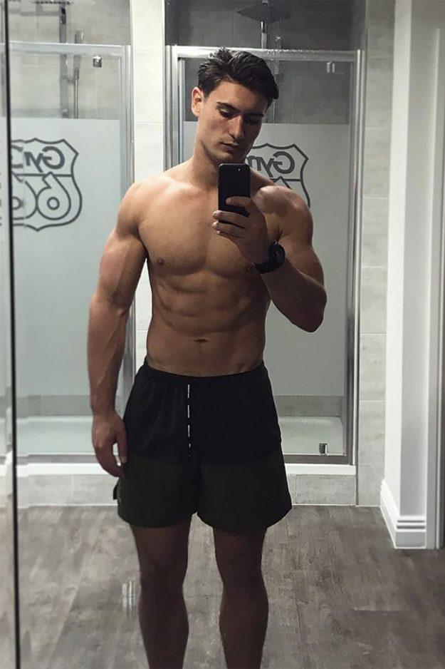 Frankie Foster zeigte seinen beeindruckenden Körper mit einem Spiegel-Selfie im Fitnessstudio