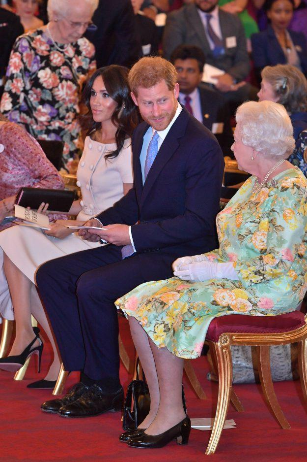 LONDON, ENGLAND - 26. JUNI: Königin Elizabeth II. Mit dem Herzog und der Herzogin von Sussex an der jungen Führer-Preisverleihung der Königin am Buckingham Palace am 26. Juni 2018 in London, England. Das Young Leaders Programm der Queen, das nun im vierten und letzten Jahr stattfindet, feiert die Errungenschaften junger Leute aus dem gesamten Commonwealth, die sich für die Verbesserung des Lebens von Menschen aus verschiedenen Bereichen einsetzen, darunter Menschen mit psychischen Problemen, Zugang zu Bildung, Förderung von Gend