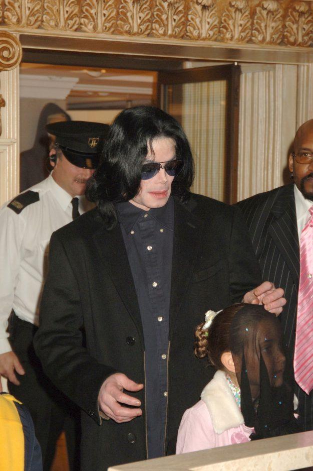 Paris Jackson erschien in der Öffentlichkeit mit Vater Michael, der oft einen Schleier trug