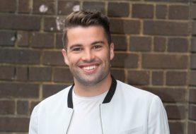 X Factor-Star Joe McElderry sieht fast unkenntlich aus, als er seine Peroxidblond-Perücke BLÜHT