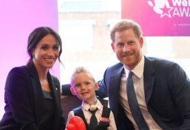 Meghan Markle und Prinz Harry teilen einen berührenden Moment mit einem schwerkranken Kind bei WellChild Awards, während Meghan ihm ein Ballontier überreicht