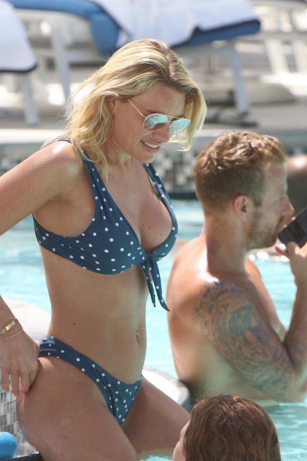 EXKLUSIV: * Mindest-Web- / Online-Gebühr 200 GBP für Set * * Mindestgebühr für den Verleih 250 GBP PP * Doppel für Cover * TOWIE-Stunner Danielle Armstong zeigt ihren makellosen Bikini-Body an einem sonnigen Urlaub mit ihrem Freund Daniel Spiller in Miami Beach, USA. Die Reality-TV-Blondine, 30, trug eine flirty Polka punktierte zwei Stück, als sie sich in einem Luxus-Hotel am Meer mit Freund und ehemaliger Fußballspieler, am Mittwoch Nachmittag (27. Juni) entspannt. Die Schönheit von Essex, die kürzlich enthüllt hat, dass sie 21 Kilo abgenommen hat und wir sie zerschlagen haben