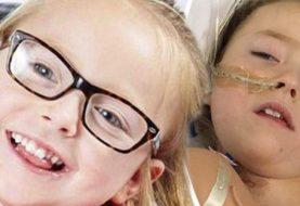 Kleines Mädchen, das auf dem geheimen Leben der Fünf-Jährigen spielte, die für verheerenden Krebstumor behandelt wurden
