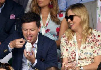 Declan Donnelly lacht mit der schwangeren Frau Ali Astall in Wimbledon, die in einem atemberaubenden Sommerkleid einen blühenden Babybauch zeigt