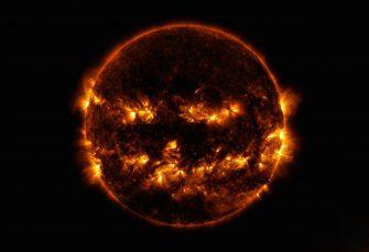 """Die NASA veröffentlicht ein atemberaubendes """"Jack-o-Laterne"""" -Sonnenbild an Halloween"""