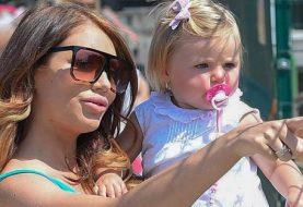 Stark schwanger Amy Childs zeigt am Tag mit Tochter Polly wachsenden Babybauch