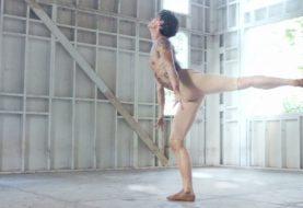 Dieser männliche Balletttänzer mit seinen Bewegungen gibt Ihnen die Schüttelfrost